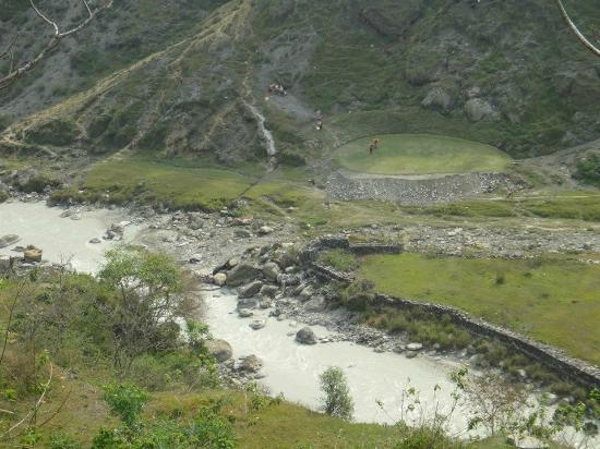 Himalayan Golf Course: Well kept grounds.