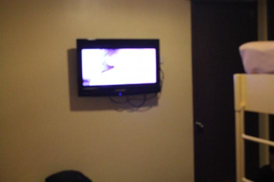 Jazzy James Country Hotel: flat TV