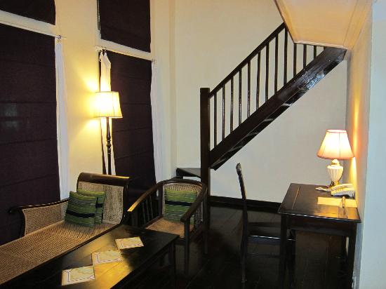 Hotel Khamvongsa: Main room and steps up to the loft