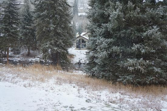 Alpine Creek Bed and Breakfast: Few drops of snow.