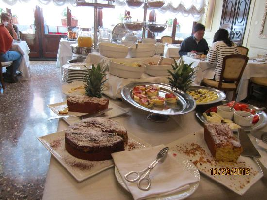 Palazzo Paruta: Fantastic variety of freshly baked pastries, breads, etc.