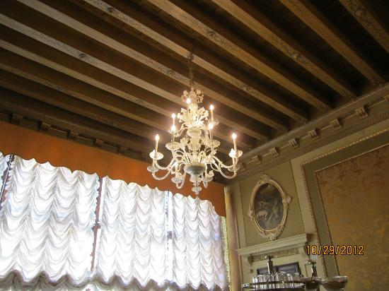 Palazzo Paruta: Chandelier in breakfast area