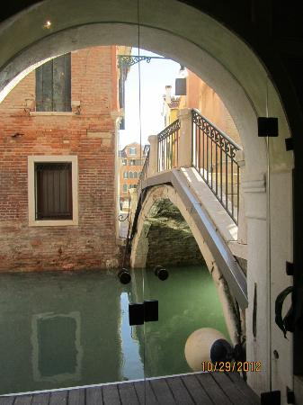 Palazzo Paruta: Canal outside of hotel