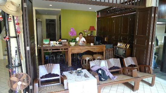 Na Thapae Hotel: Reception area