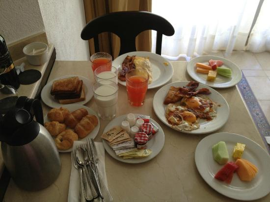 Heaven en Hard Rock Hotel Riviera Maya: Our room service breakfast the first day. Large portions!