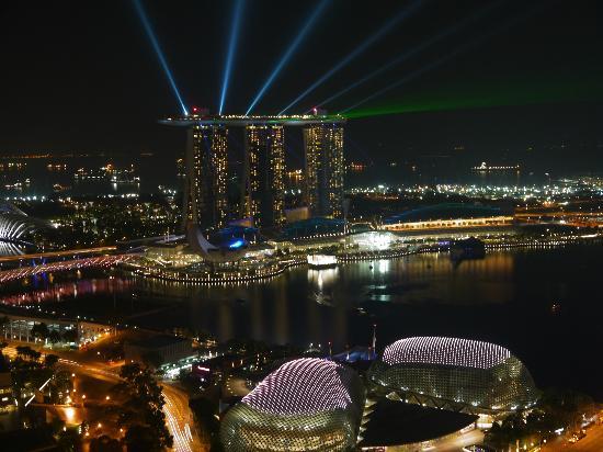 Swissotel The Stamford Singapore: vue de nuit sur le marina sands
