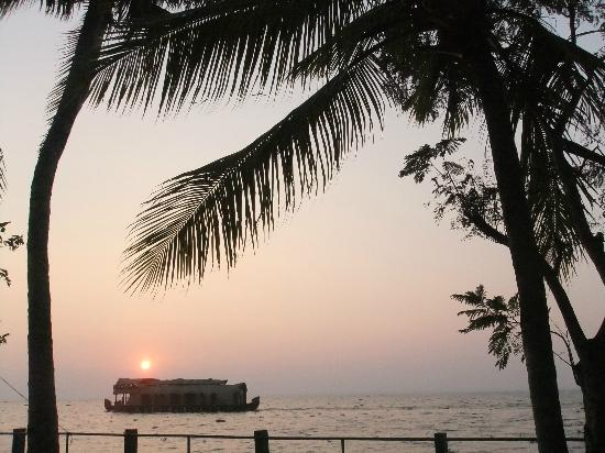 Illikkalam Lakeside Cottages: Sunset