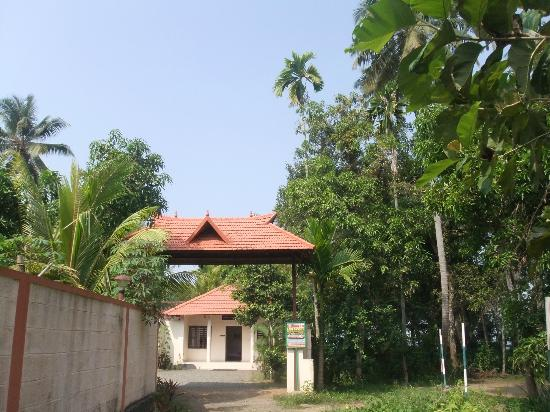 Illikkalam Lakeside Cottages: Entrance