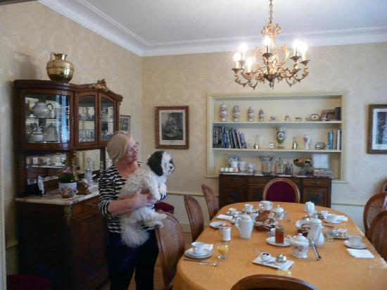 Le Castel Guesthouse: De gastvrouw / the hostess