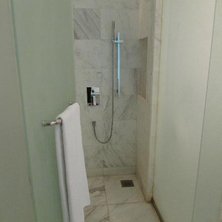 Century Kuching Hotel: Shower Room