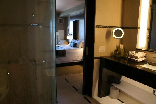 Talking Stick Resort: room/bathroom