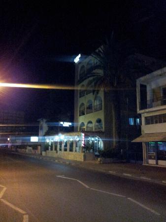 Le Village Hotel: hotel dans rue passante bus voitures a partir de 5h du matin