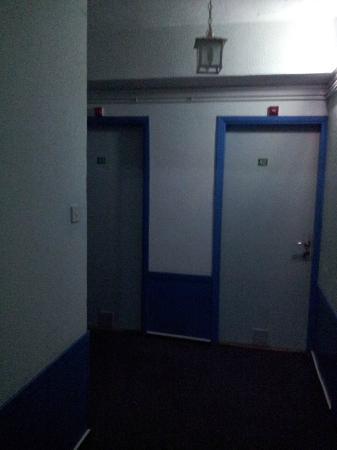 Le Village Hotel: couloir tres sombre