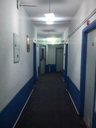 Le Village Hotel: couloir a la moquette douteuse