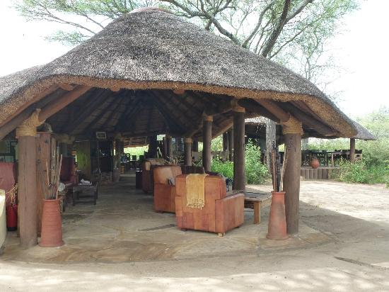 Oliver's Camp, Asilia Africa: Lounge/dining area