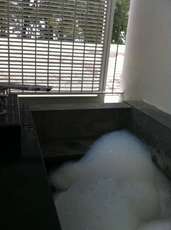 Lone Pine Hotel: Outdoor bathtub in the room