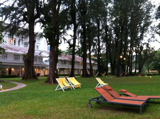 Lone Pine Hotel: Deck chairs facing the beach
