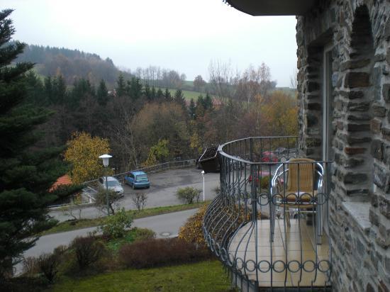 Burghotel Am Hohen Bogen : Blick zum Aussen-Parkplatz