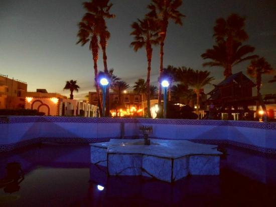 Al Mashrabiya: фонтан вечером