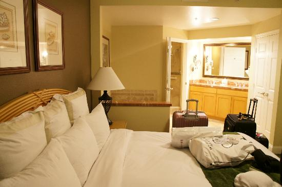Marriott's Newport Coast Villas: main room with kind bed & ensuite