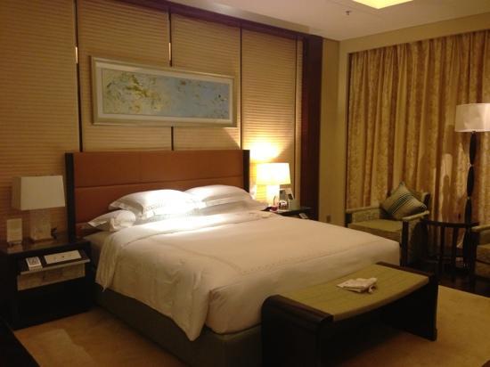 The Ritz-Carlton, Shenzhen: Comfy king bed