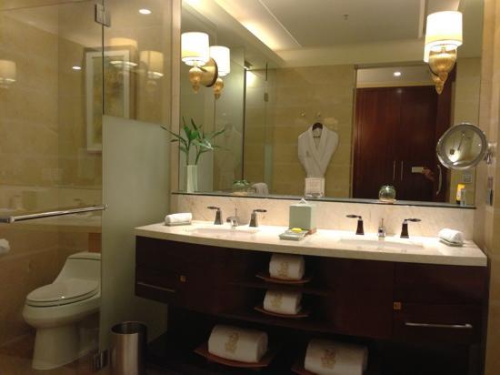 The Ritz-Carlton, Shenzhen: grand bathroom