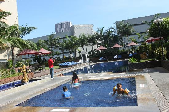 Dusit Thani Manila: the pool