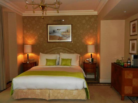 Kempinski Nile Hotel Cairo : La Junior Suite (partie chambre)