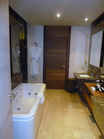 Maxx Royal Belek Golf Resort: La salle de bain et le jaccuzzi