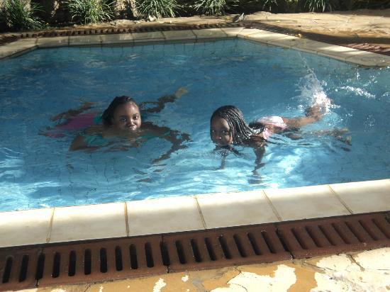 Impala Hotel: Sheila & Daisy compete