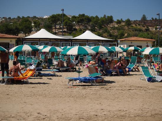 Parco Carabella Hotel: Spiaggia di fronte agli appartamenti