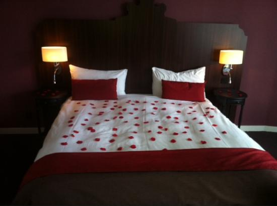 Hotel Corona: Romantic bed with roses