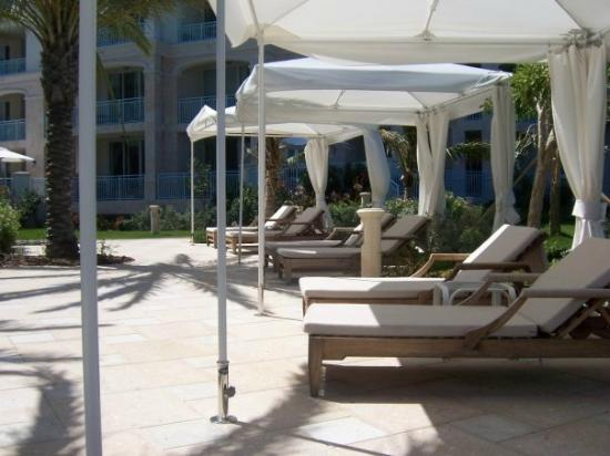 Seven Stars Resort & Spa: Loungers at the pool