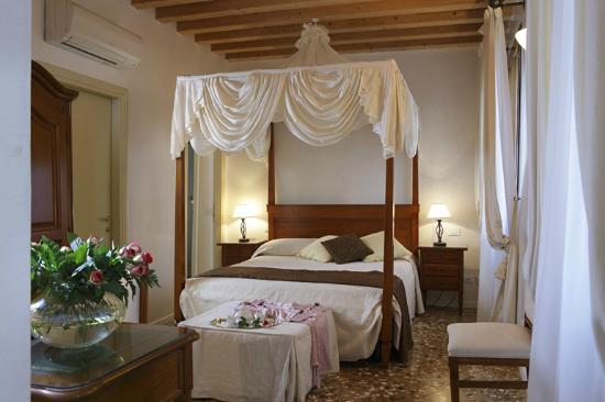 Al Palazzetto: Four poster bedroom