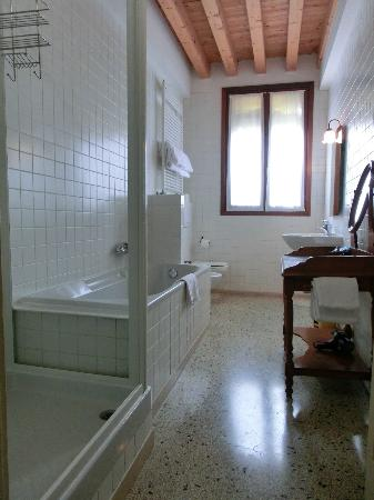 Al Palazzetto: Bathroom of the room with bathtub and shower