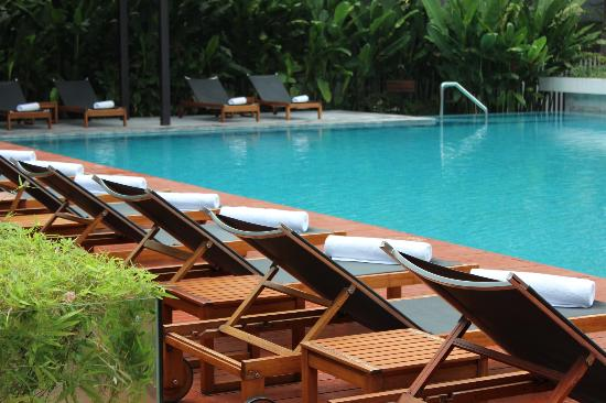 COMO Metropolitan Bangkok: The pool boys are very attentive!