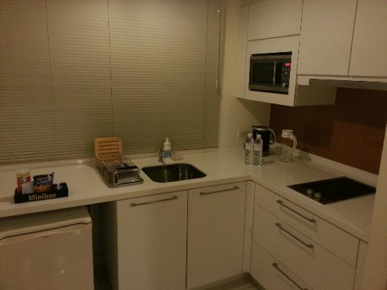 Phachara Suites: Kitchen Area