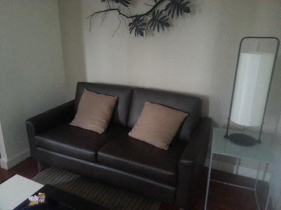 Phachara Suites: Sofa area in Executive Studio