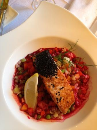 Brasserie historique La Coupole 1912: Creative and exquisite small dishes: here salmon with black seasamy seeds