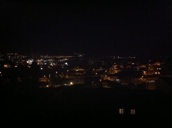 Hospedaje Vista Al Mar: De noche.