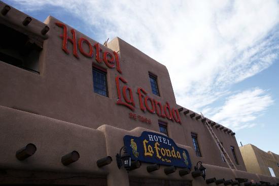 Hotel La Fonda de Taos: Front of Hotel