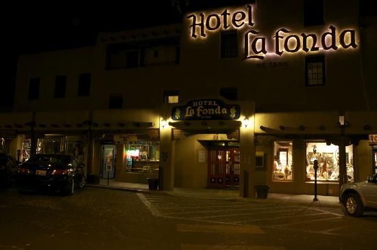 Hotel La Fonda de Taos: Hotel at Night