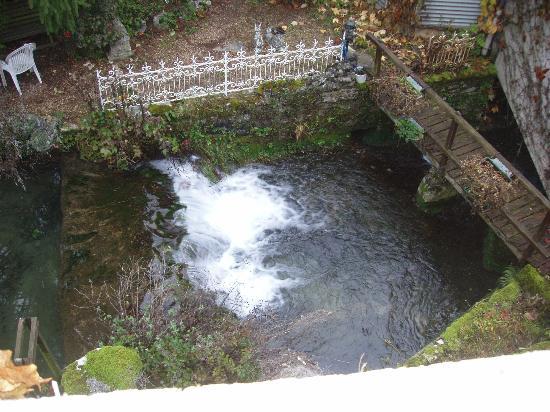 Hostellerie du Vieux Moulin: la petite cascade du Moulin