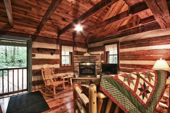 Hocking Hills Frontier Log Cabins: Hocking Hills Log Cabins living room area