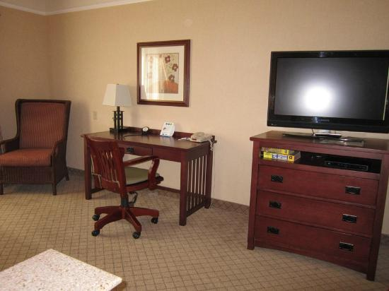 Holiday Inn Express San Dimas: desk/tv