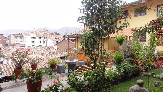 Amaru Hostal: Este es uno de los patios del hotel y en el fondo la vista de la ciudad