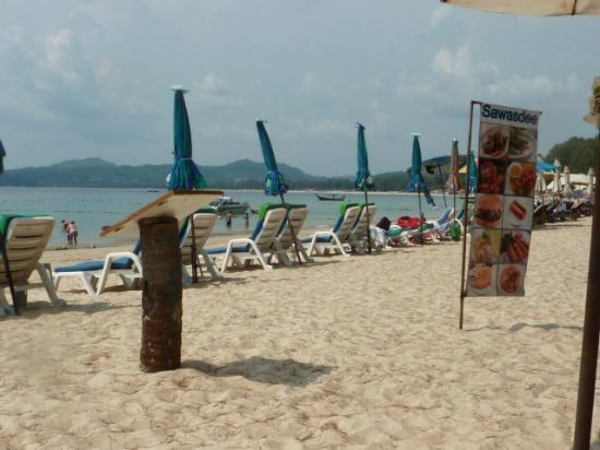 Pen Villa Hotel: Ban Tao Beach, circa 20 minuti a piedi dall'albergo( ma ci sono anche i tuk-tuk...)