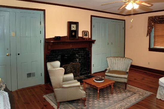 Rosendale Inn Bed and Breakfast: Sitting area/Andrew Jackson Suite