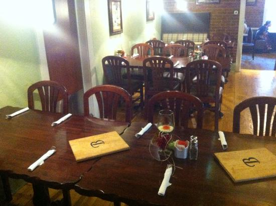 Bradden's Restaurant: Back room with working fireplace
