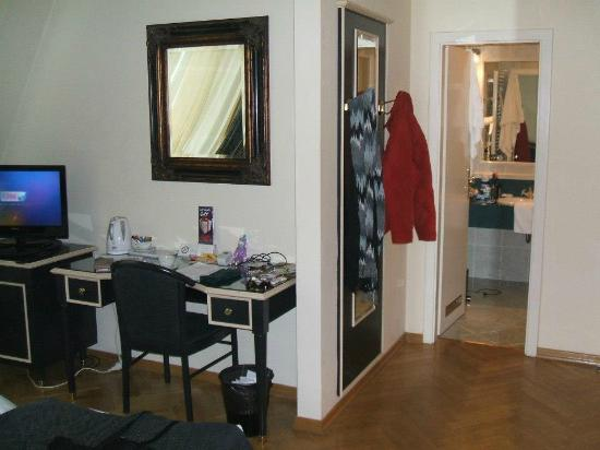Hotel Elysee: Standard Guestroom, facing bathroom